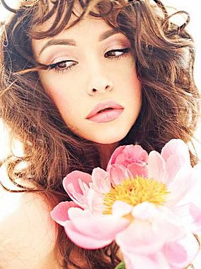 粉色花朵长发美女图片