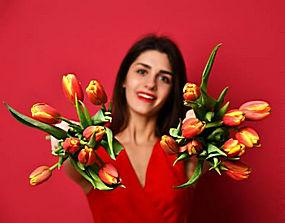 红色背景鲜花女人