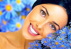 蓝色花朵与女人