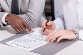 文件签名手拿笔图片